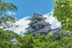 Okayama-Schloss hinter Bäumen, Japan Weicher Fokus Lizenzfreie Stockfotos