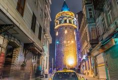 Okazałość Galata wierza przy nocą z taxi na ulicie, I Obrazy Stock