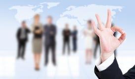 Oken för visningen för handen för affärsmannen eller gör perfekt gest Arkivbild