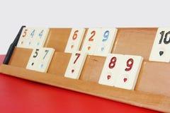 Okey turco tradizionale del gioco, chip di plastica con i numeri su un supporto di legno fotografia stock libera da diritti
