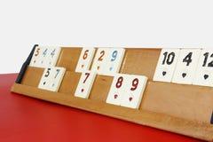Okey turco tradizionale del gioco, chip di plastica con i numeri su un supporto di legno fotografia stock