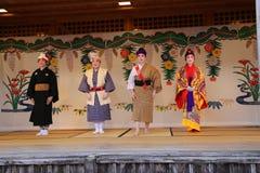 OKINAWA - 8 DE OCTUBRE: Danza de Ryukyu en el castillo de Shuri en Okinawa, Japón el 8 de octubre de 2016 imagen de archivo