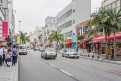 OKINAWA, JAPÃO - 19 de abril de 2017: Dori de Kokusai, a rua principal foto de stock royalty free