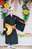Okinawa, Japão - 10 de março de 2013: Dançarino fêmea não identificado por Fotografia de Stock Royalty Free