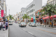 OKINAWA, JAPAN - 19. April 2017: Kokusai-dori, die Hauptstraße Lizenzfreies Stockfoto