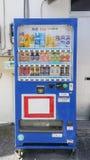 Okinawa Japan - April 19, 2017: Varuautomater i Okinawa Japa Arkivbild