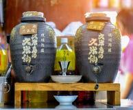 OKINAWA, JAPAN - AUGUSTUS 18, 2018: Kruik twee of of Flessen Belang royalty-vrije stock afbeeldingen