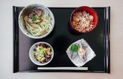 Okinawa Udon uppsättning med den stekte fisken, stekt ris från bästa sikt arkivbild