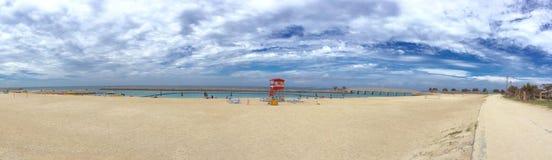 Okinawa wyrzucać na brzeg, ratownik stacja, biel chmura i morze, zdjęcia stock