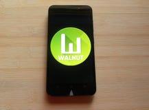 Okkernoot app op smartphone stock foto's