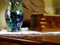 Okkernoot en Glas stock fotografie