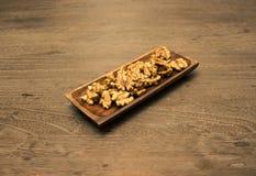 Okkernoot in houten schotel Royalty-vrije Stock Foto