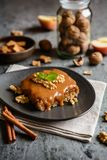 Okkernootcake met het geraspte appellaag en karamel toping stock afbeeldingen
