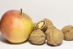 okkernoten en appelen Stock Afbeelding
