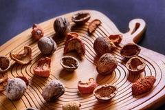 Okkernoten en droge vruchten op een houten raad Royalty-vrije Stock Foto's