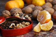 Okkernoten en mandarijnen stock afbeelding