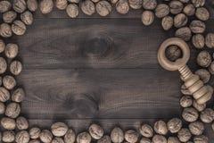 Okkernoten met notekraker op houten lijst Stock Foto
