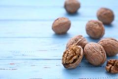 Okkernotenpitten op blauwe houten achtergrond Okkernoot gezond voedsel royalty-vrije stock foto