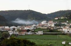 Oklarheter över den Bordeira byn arkivfoton