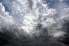 Oklarheter i en vinterSky Arkivfoton