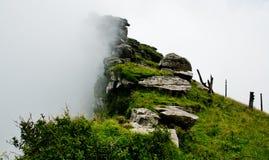 Oklarheter och högt berg Royaltyfri Bild