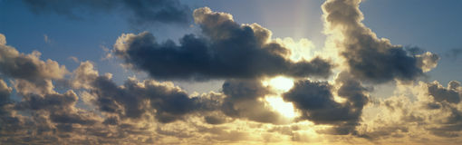 Oklarheter på soluppgången Royaltyfri Bild