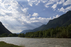 oklarhetsberg över område Blå himmel och grönt gräs i dalen av en bergflod Royaltyfria Foton