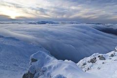 oklarhetsberg över solnedgångvinter Royaltyfri Fotografi