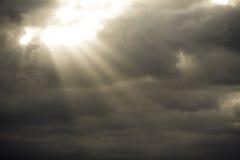 oklarhetsstrålar stormar sunen Arkivfoton