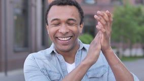 Oklaskujący Afrykańskiego mężczyzny, Klaskać Plenerowy zbiory wideo