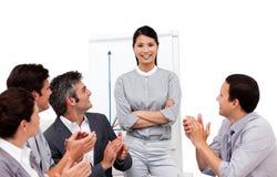 oklaskujący bizneswoman jej prezentacja obraz stock