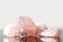 Oklippt rosa kvarts, kristall som läker för förälskelse, och hjärta arkivbild