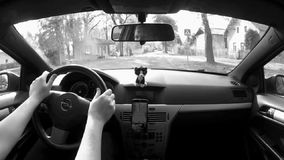 Okna,捷克共和国- 2017年10月13日:驾驶汽车在村庄Okna在Ceska Lipa市附近在老房子之间在秋天 股票录像