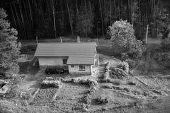 Okna, Ceska Lipa区,捷克共和国- 2017年10月13日:下午秋季Macha ` s风景的房子 免版税库存图片