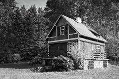 Okna, Ceska Lipa区,捷克共和国- 2017年10月13日:在秋季森林附近的小木村庄 免版税库存图片