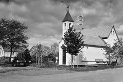 Okna, Litomerice区,捷克共和国- 2017年10月13日:小教堂以秋季村庄广场 免版税图库摄影
