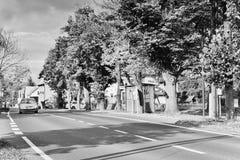 Okna, Litomerice区,捷克共和国- 2017年10月13日:小汽车站在村庄广场的秋季树下与路 免版税库存照片