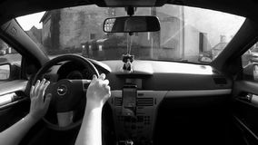 Okna, Τσεχία - 13 Οκτωβρίου 2017: οδηγώντας αυτοκίνητο στο χωριό Okna κοντά στην πόλη Litomerice μεταξύ των παλαιών σπιτιών το φθ απόθεμα βίντεο