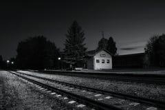 Okna, distretto di Ceska Lipa, repubblica Ceca - 13 ottobre 2017: piccola stazione ferroviaria nella sera autunnale Fotografia Stock Libera da Diritti