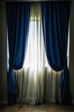 Okno i zasłona w pokoju obrazy stock