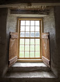 Okno, kamienny stajni wnętrze obrazy stock