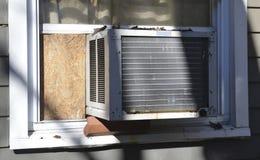 Okno lotniczy conditioner przy podmiejskim domem zdjęcie royalty free