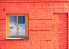 Okno na ścianie czerwona cegła Obraz Stock