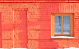 Okno na ścianie czerwona cegła Obraz Royalty Free