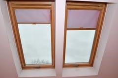 Okno na apartament na najwyższym piętrze z różowymi zasłonami Zdjęcie Stock