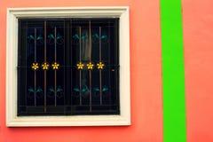 Okno na czerwonej ścianie z rocznika brzmieniem Obrazy Stock