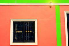 Okno na czerwonej ścianie z rocznika brzmieniem Zdjęcie Royalty Free