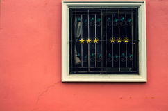 Okno na czerwonej ścianie z rocznika brzmieniem Zdjęcia Stock