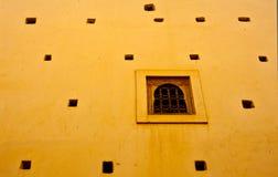 Okno na kolorze żółtym Fotografia Stock