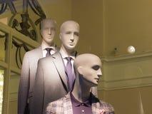 Okno sklep odzieżowy z mannequins w świętym Petersburg, Rosja Piękny projekt, backlight, elegancki Zdjęcia Royalty Free